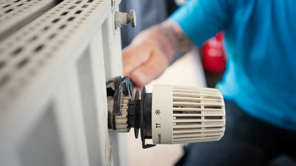 vvs installatør monterer termostater i forbindelse med varme