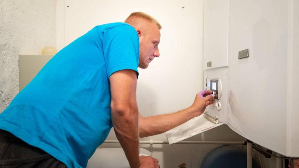 autoriseret vvs installatør udfører service af varmeanlæg